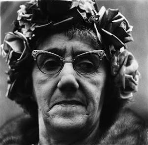 Mujer con sombreo de rosas.