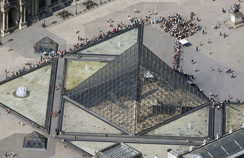 Piramide-Louvre-Charles-Platiau-REUTERS_NACIMA20130721_0008_3