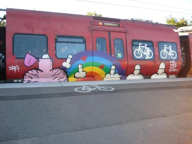 Evil Duck Eat Sperm, graffiti en los vagones del tren de cercanías de la ciudad de Copenhague, 2015. Fotografía del propio artista